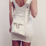 white_outfit_between_multifunkcional_bag