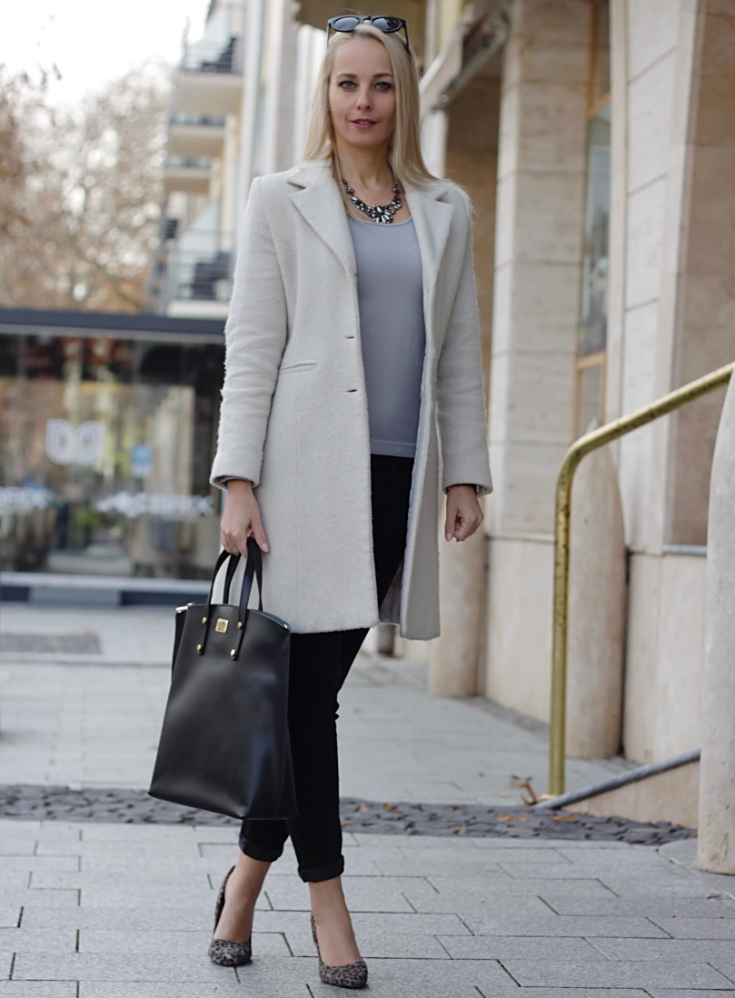 szürke felső fehér kabát