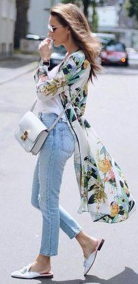 színes kimono farmerrel