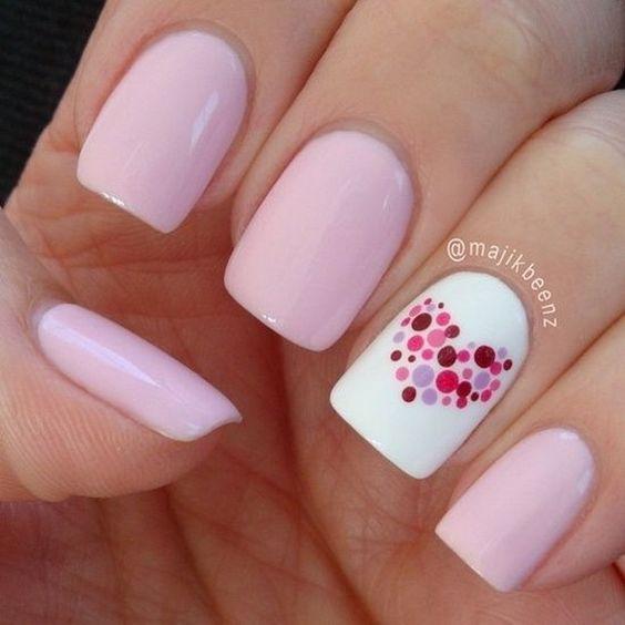 rózsaszín szíves valentin napi köröm minta