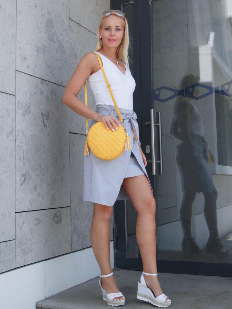nyári outfit színes táska
