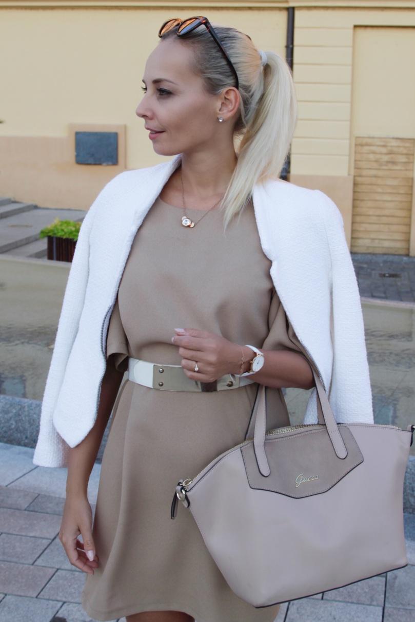 bézs fehér ruha bőr tákával