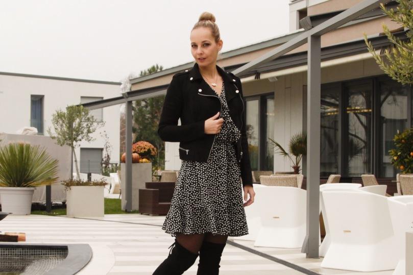fekete fodros téli ruha