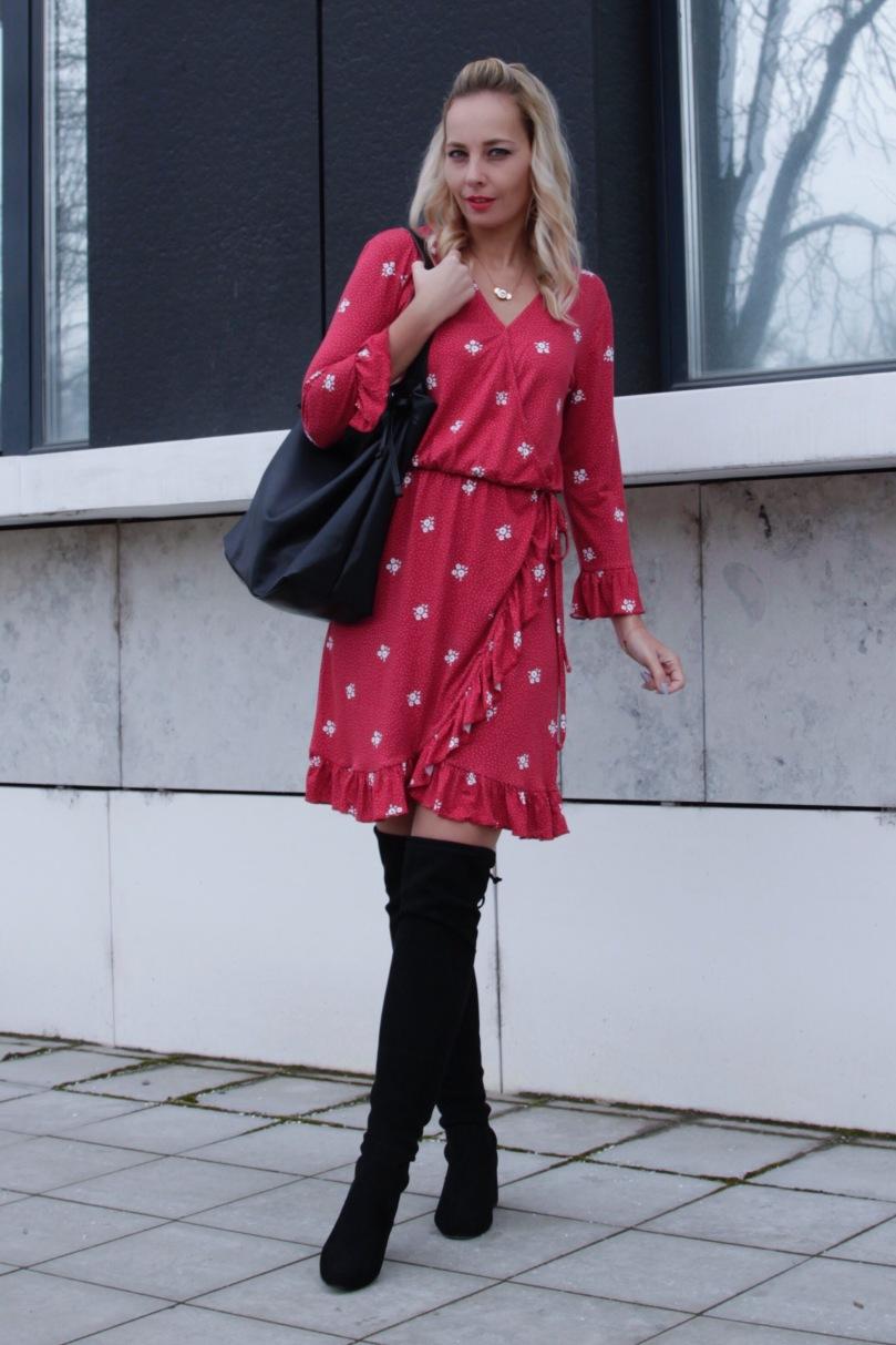 csizma piros ruhával