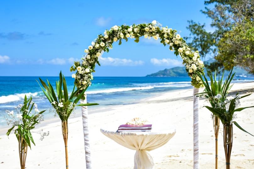 Seychelles Mahé esküvő virágkapu