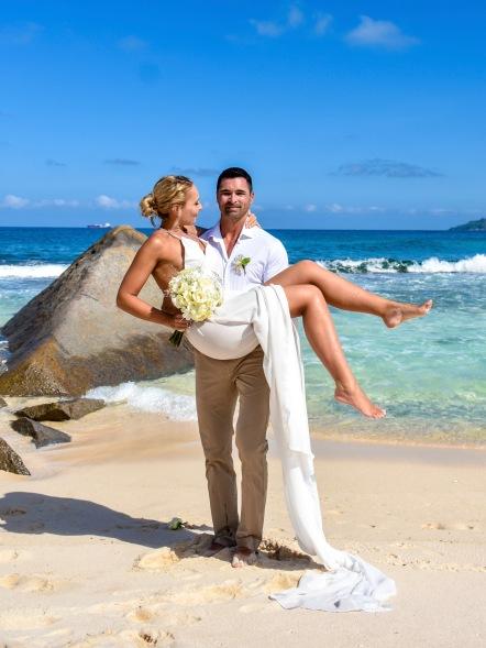 szerelmesek esküvő tengerpart