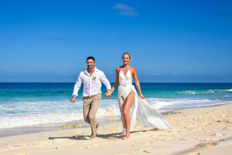menyasszony vőlegény tengerpart esküvő seychelles