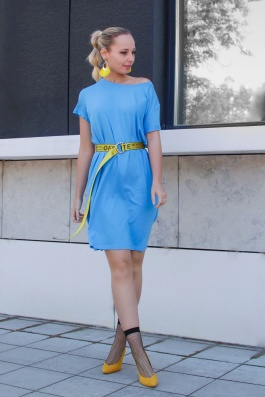 kék pólóruha sárga övvel