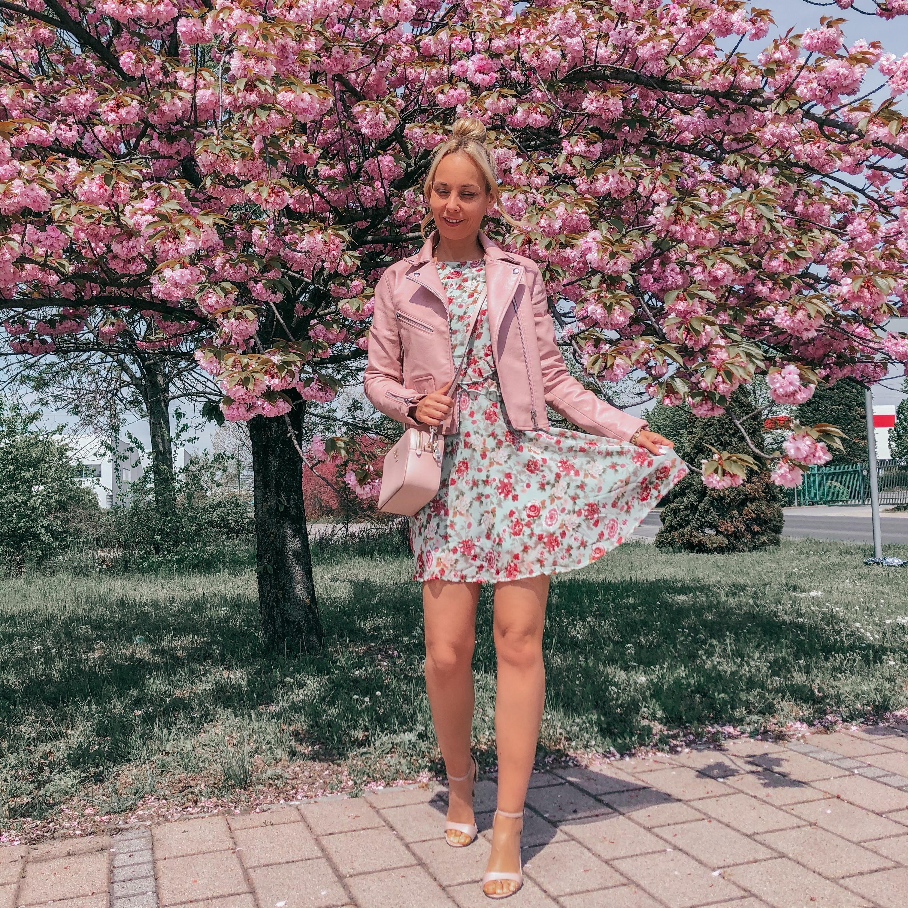 tavaszi outfit rózsaszín ruha kabát magassarkú